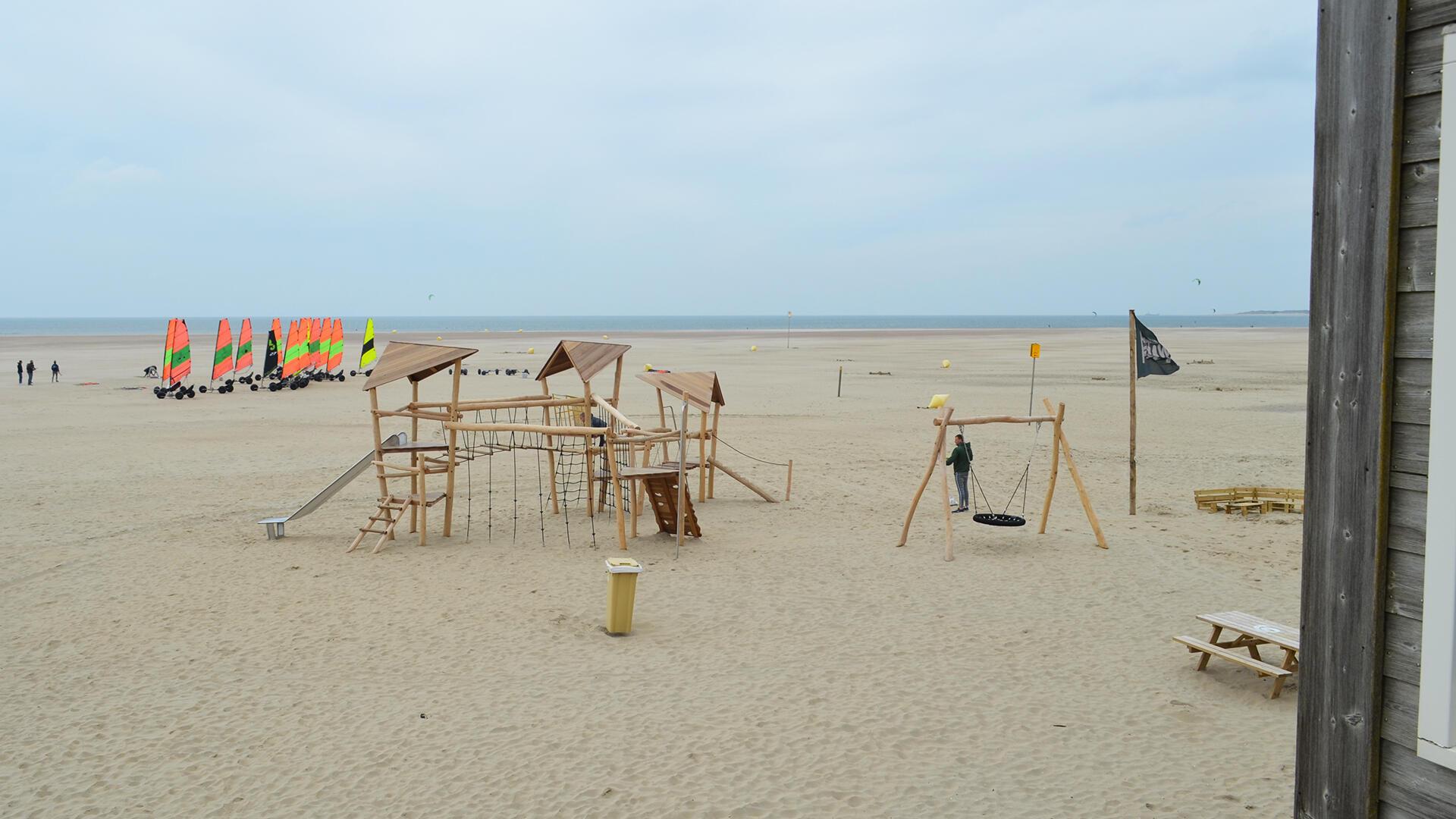 spelen bij strandpaviljoen brouw