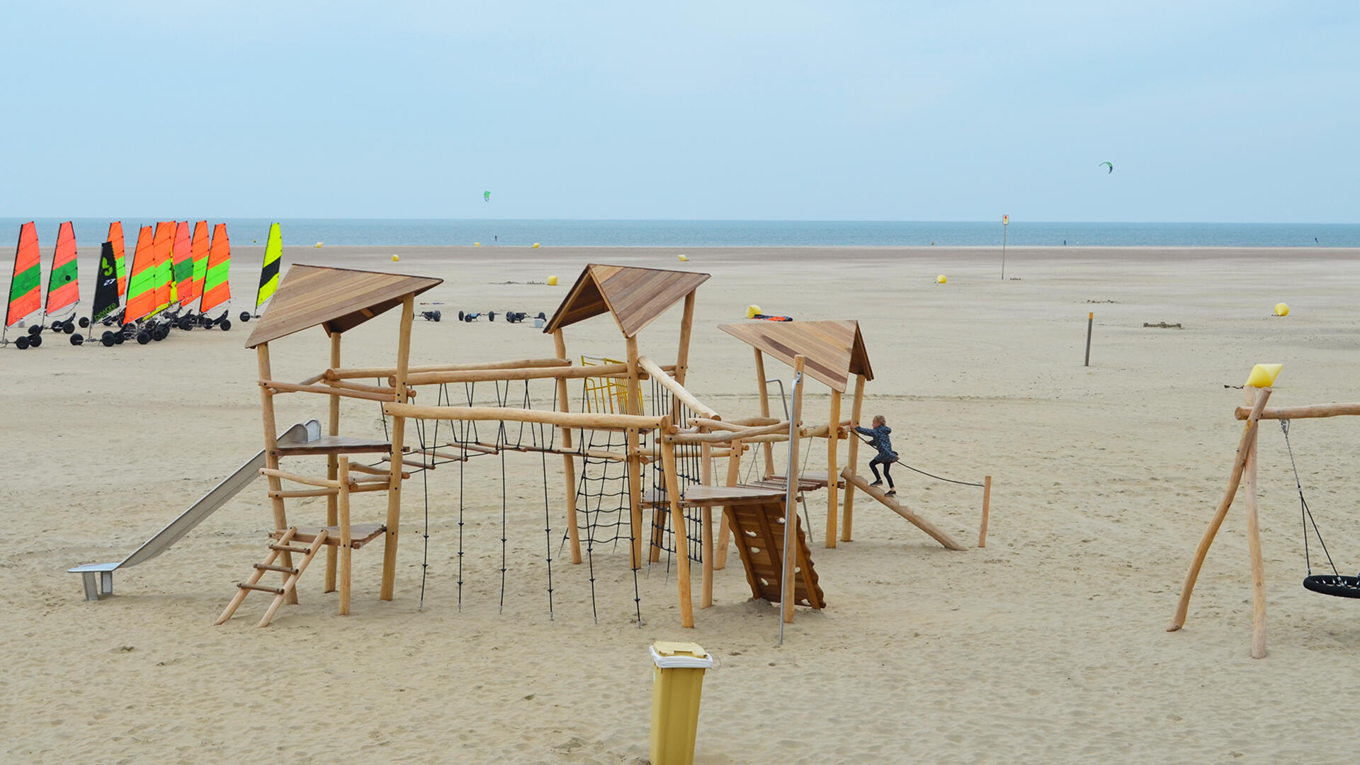 natuurlijk spelen op het strand