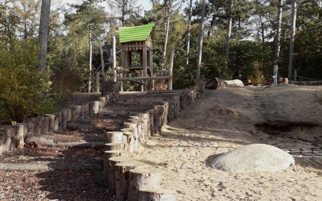 speelheuvel met waterloop
